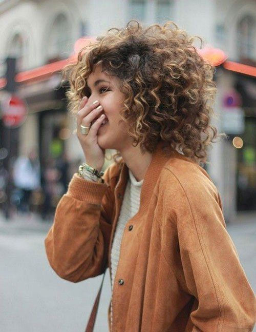 highlighted_curly_hair_women_1 highlighted_curly_hair_women_1