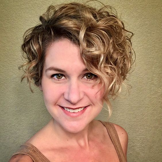 beautiful asymmetrical short curly hairstyle for over 50 women
