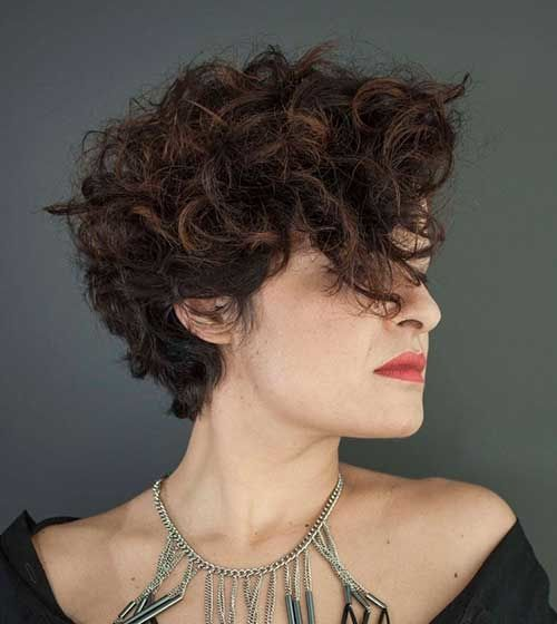 gorgeous asymmetrical short curly hairstyle for over 50 women