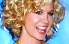 gorgeous-messy-curly-bob-hairstyle-for-over-50-women