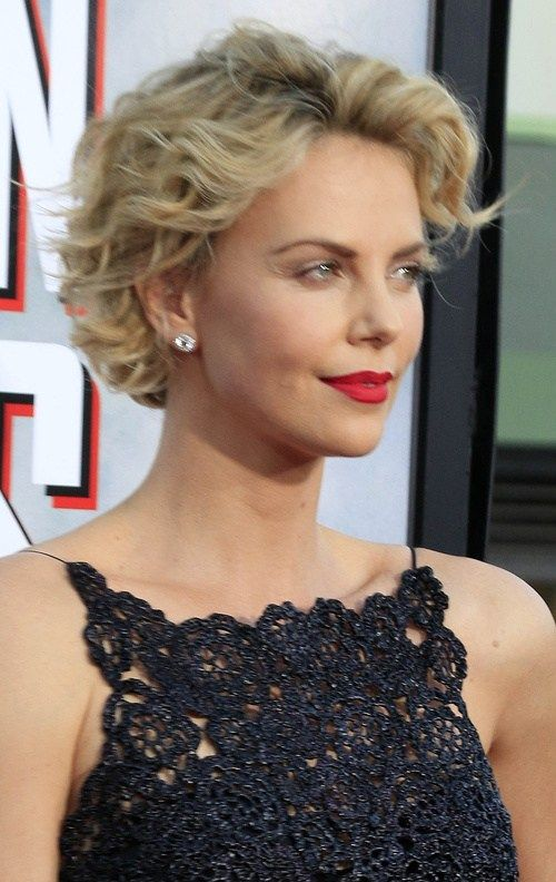 trendy side parted curly bob hairstyle that you can try