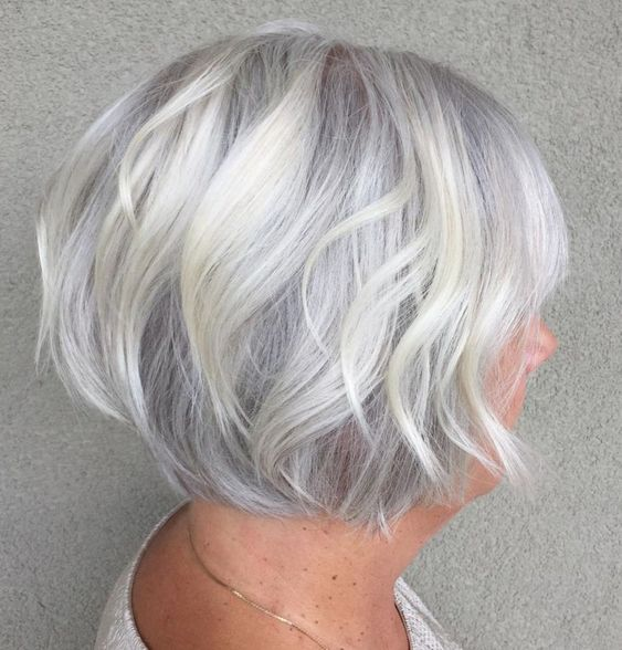 45 Short Hairstyles for Grey Hair and Glasses that Make Older Women Still Looking Stylish layered_platinum_bob_2
