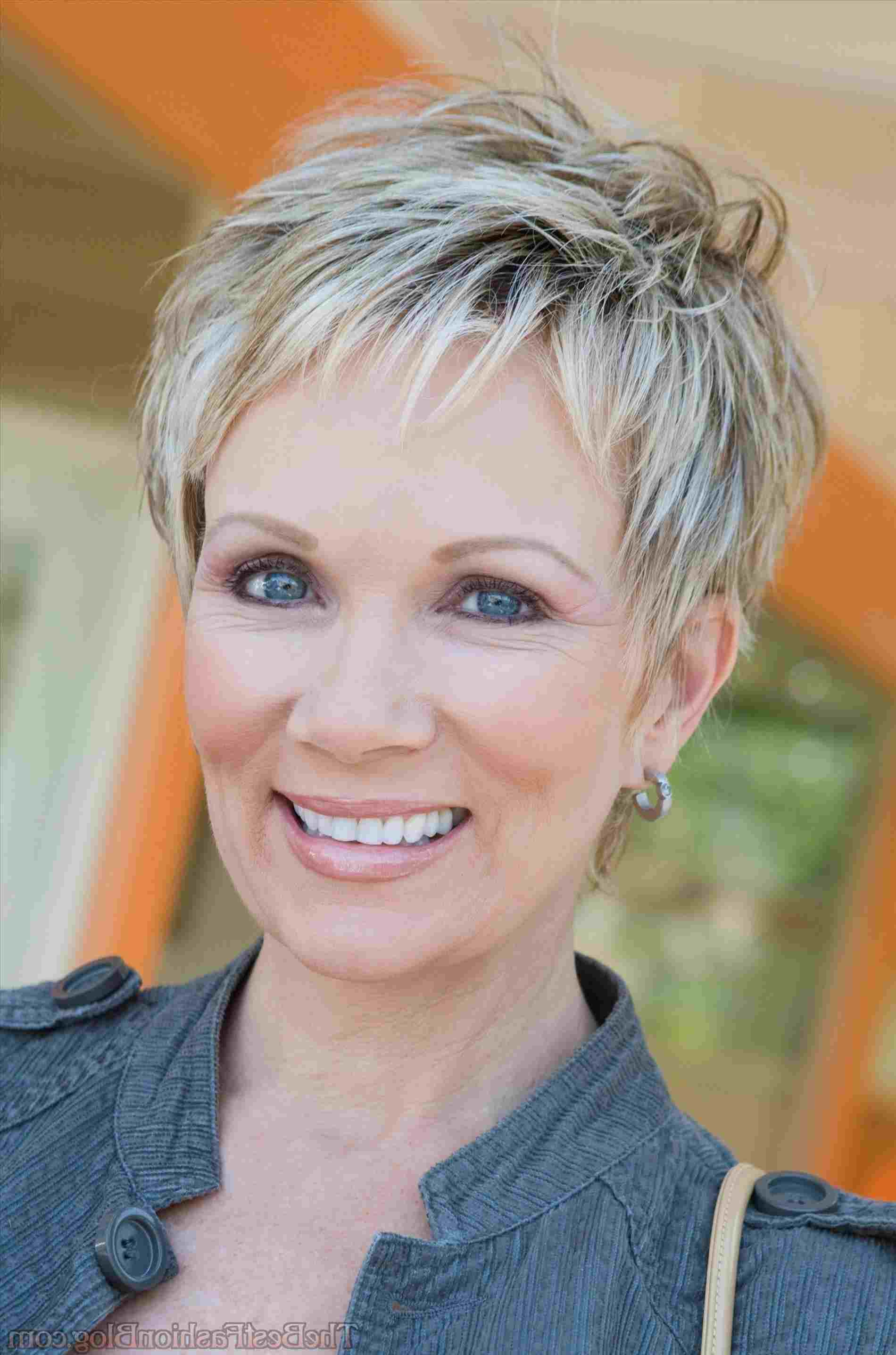 Thick Pixie Hairstyle for over 40 and Overweight Women 3 Thick-Pixie-Hairstyle-for-over-40-and-Overweight-Women-4
