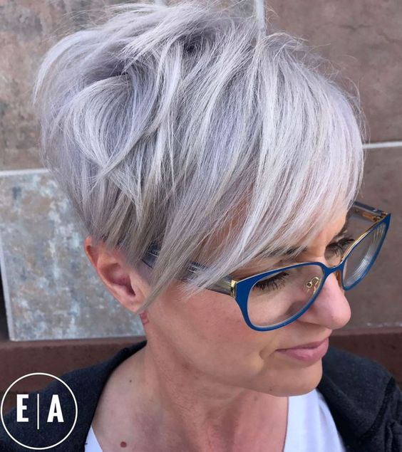 Beautiful short pixie haircuts for women with gray hair 9