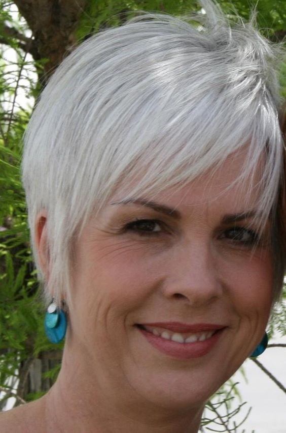 Beautiful short pixie haircuts for women with gray hair 10