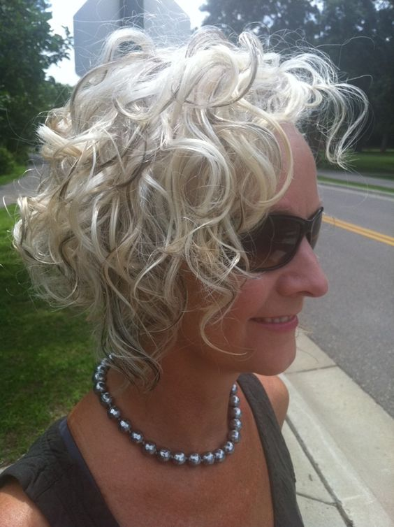 Choosing Short Curly Hairstyles for Older Women classic-curly-bob-older-women-hair-style-images-1