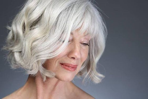 awesome wavy gray hairstyle for women over 50