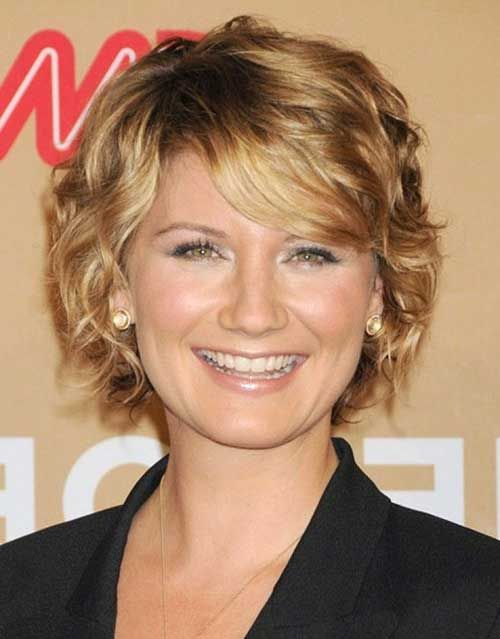 pretty short hairstyle for over 50 women