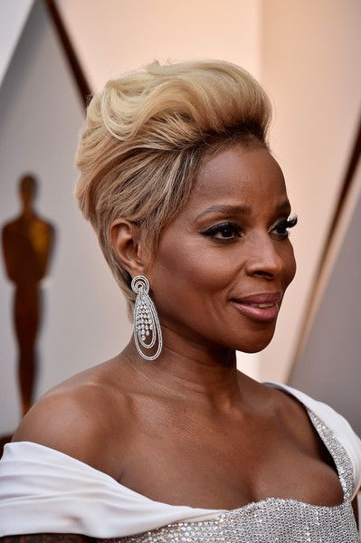 23 Popular Short Hairstyles for Women Over 40 that You Should Check in 2021 Short-sassy-and-edgy