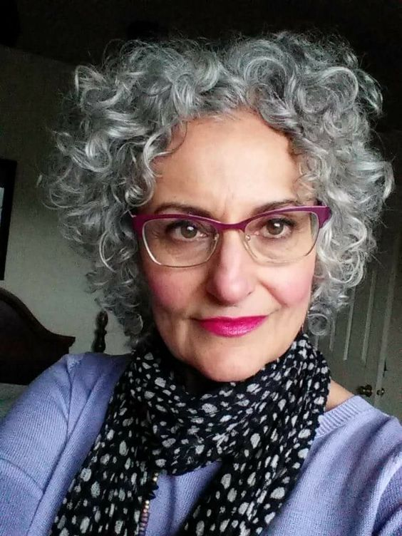 Beautiful Short Curly Hairstyle That Fit With Women Over 60 With