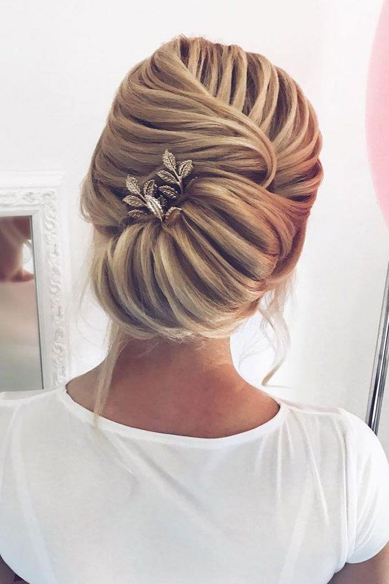 Updo Hairstyles for Weddings to Emphasize the Beauty and Elegance of the Bride 63c3067ecf1bca815ad871e71ebc8f96