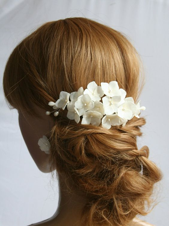 40 Different Types of Wedding Hairstyles that Look Gorgeous Wedding-hairstyles-with-daisies